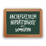 Vektor-Zahlen und Versalienbuchstaben auf grüner Tafel Lizenzfreie Stockbilder