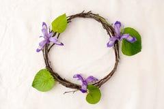 Vektorabbildungskala zu irgendeiner Größe Kranz gemacht von den roools, von den Blättern und von den Blumen auf Gewebeweißhinterg Stockbilder