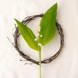 Vektorabbildungskala zu irgendeiner Größe Kranz gemacht von den roools, von den Blättern und vom Blumenmaiglöckchen auf Gewebewei Lizenzfreies Stockfoto