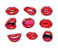 Vektoraufkleberausrüstung weibliche Lippen Frauenmund mit einem Kuss, einem Lächeln, einer Zunge und Zähnen lokalisiert auf Hinte Stockfoto