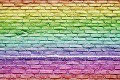 Vektorbild, Abbildung Die alte getonte Backsteinmauerbeschaffenheit füllte mit Regenbogenflaggenfarben Stockbild