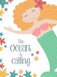 Vektorbild av en gullig liten sjöjungfru med rött undervattens- hår och sjöstjärnor Hav hand-dragen illustration för flicka, föde royaltyfri illustrationer