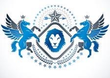 Vektoremblem som göras i heraldisk design för tappning Heraldiskt emblem som dekoreras med bevingade Pegasus, det lösa lejonet oc vektor illustrationer
