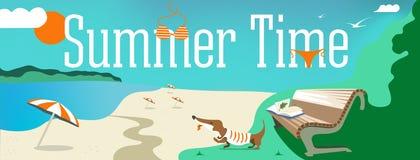 Vektorentwurfsfahne mit Text ist es Sommerzeit Illustration von Oberteilen, Badeanzug, Sonnenschirm, Hund, Sand, Wolken, die Stra vektor abbildung