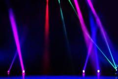 Vektoretappstrålkastaren med laser rays i natten Arkivfoton