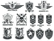 Vektoretiketter och lappar för tappning militära royaltyfri illustrationer
