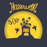 Vektorfahne Halloween Furchtsames altes Schloss auf einem Hintergrund eines Vollmonds und der Fliegengeister Handbeschriftung Lizenzfreie Stockbilder