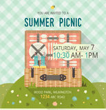 Vektorfamilienpicknick-Lichtungskarte Lebensmittel- und Zeitvertreibillustration flach Grilleinzelteile Design der Einladungskart Stockbilder
