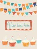 Vektorglückwunschkarte mit Parteiflaggen und -kleinen Kuchen Lizenzfreie Stockfotos