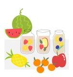 Vektorhandgezogene Frucht goss Wasser im klaren Glas hinein lizenzfreies stockfoto