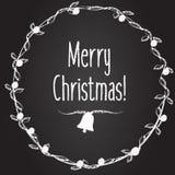 Vektorhintergrund der frohen Weihnachten mit Hand gezeichnetem Kranz Winterurlaubgrußslogan auf Kreidebrett, Fahne Lizenzfreies Stockfoto