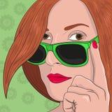 Vektorhuvud av en härlig flicka i solglasögon arkivbild