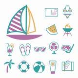 Vektorikonen eingestellt für die Schaffung des infographics bezogen auf Sommer, Reise und Ferien, wie Segelboot, Bikini, Postkart lizenzfreie abbildung