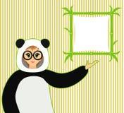 Vektorillustration av den gulliga flickan i pandadräkt och bambutextboard Arkivbild