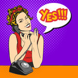 Vektorillustration av den härliga unga kvinnan för popkonst med telefonen stock illustrationer