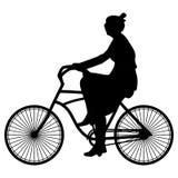 Vektorillustration av den svarta konturvåren som går kvinnacyklisten i en klänning och solglasögon som rider en cykel på en vit b Royaltyfri Fotografi