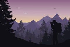 Vektorillustration av ett berglandskap med en skog och en ph Royaltyfria Bilder