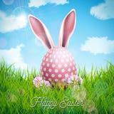 Vektorillustration av lycklig påskferie med kaninöron, det målade ägget och blomman på naturgräsbakgrund