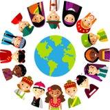 Vektorillustration av mångkulturella nationella barn, folk på planetjord