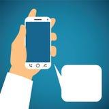 Vektorillustration av smartphonen i mänsklig hand med anförandebubblan Arkivfoton
