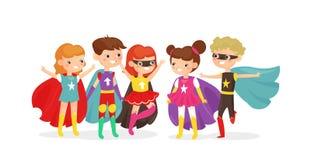 Vektorillustration av ungar som bär färgrika superherodräkter Superheroungar har gyckel tillsammans, barnvänner på royaltyfri illustrationer