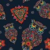 Vektorillustration der Eule Vogel veranschaulicht in Stammes- Eule mit Blumen auf dunklem Hintergrund Stockbilder