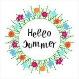Vektorillustration: Dragen hand märka sammansättning av Hello sommar Design för kalligrafi för blommaram handskriven stock illustrationer