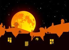 Vektorillustration: Märchen-Halloween-Landschaft mit realistischem Vollmond, Dorflandschaftsschattenbilder auf verblassendem Hint lizenzfreie stockfotos