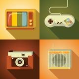 Vektorillustrationsymbolen ställde in av tappning: TV styrspak, fotokamera, radio vektor illustrationer
