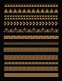 Vektorillustrationuppsättning av antika grekgränser och sömlösa prydnader i guld- färg på svart bakgrund i lägenhet stock illustrationer