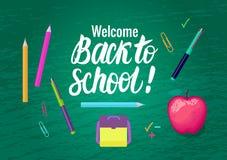 Vektorkarte Willkommen zurück zu Schule Beschriftungsaufschrift- und -schulsymbole auf grünem breitem Hintergrund des Kreidebrett Stock Abbildung