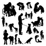 Vektorkontur av folk med en hund Royaltyfri Bild