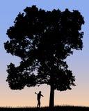 Vektorkontur av skogsarbetaren som klipper det stora trädet med en yxa stock illustrationer