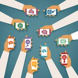 Vektorkonzept beweglichen Instant- Messengerchats mit Handsmartphones und Popup- Dialogfeldern Lizenzfreies Stockbild