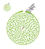 Vektorlabyrint, labyrint med kanin och morot Arkivfoton