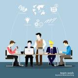 Vektorn affärsmannen tänker arbetet till den breda världen med arbetsställen och främre sikt för papper Royaltyfri Fotografi