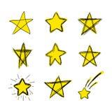 Vektorn färgade handen drog klotterstjärnor, klottrar teckningar, ljus gul färg, isolerad uppsättning stock illustrationer
