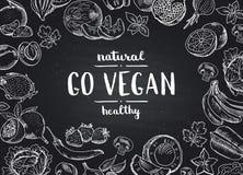 Vektorn går strikt vegetariansvart tavlabakgrund med handdrawn frukter och grönsaker för klotter stock illustrationer