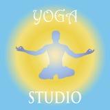 Vektorn hand-dragen yoga poserar med i olika balansera positioner av bönen, och meditationen i lotusblomma poserar hälsa och kond Arkivbilder