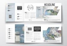 Vektorsatz dreifachgefaltete Broschüren, quadratische Designschablonen Polygonaler Hintergrund, unscharfes Bild, Stadtlandschaft, Lizenzfreies Stockfoto