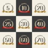 Vektorsatz Jahrestagssymbole 5., 10., 20., 25., 30., 40., 50., 60., 70. Jahrestagslogo ` s Sammlung Stockfoto