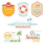 Vektorsatz Sommer und Ferienaufkleber und -embleme Stockbild