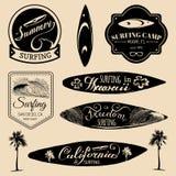 Vektorsatz surfende Logos der Weinlese, Zeichen für Gewebe, T-Shirts drucken usw. Freiheit, Typografieplakat Kaliforniens, Hawaii Lizenzfreie Stockbilder
