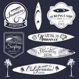 Vektorsatz surfende Logos der Weinlese, Zeichen für Gewebe, T-Shirts drucken usw. Freiheit, Typografieplakat Kaliforniens, Hawaii lizenzfreie abbildung