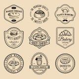 Vektorsatz Weinlesebäckereilogos Retro- Emblemsammlung mit süßem Keks, kleinem Kuchen usw. Hippie-Gebäckikonen Lizenzfreies Stockfoto
