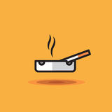 Vektorsymbolen som röker cigaretten, ligger på askfatet på orange bakgrund Illustrationcigarett på askfatet Arkivbild
