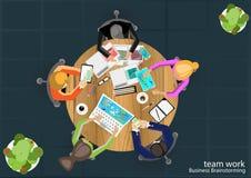 Vektorteamarbeit Geschäftsmannbrainstorming-Arbeitsplätze mit moderner Kommunikationstechnologie Lizenzfreie Stockfotos