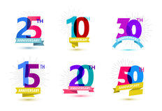 Vektoruppsättning av årsdagnummerdesignen 25 10, 30, 15, 20, 50 symboler, sammansättningar med band Färgrikt genomskinligt Royaltyfria Bilder
