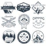 Vektoruppsättning av campa etiketter i tappningstil För affärsföretagbegrepp för koloni utomhus- illustration vektor illustrationer