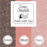 Vektoruppsättning av designbeståndsdelar och sömlös modell för att förpacka för choklad och för kakao - etiketter och bakgrund vektor illustrationer